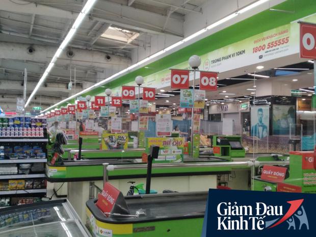 Siêu thị ở Hà Nội vắng người mua ngày đầu cách ly toàn xã hội, áp dụng dựng vách ngăn, dán miếng giữ khoảng cách tránh lây nhiễm Covid-19 - Ảnh 15.