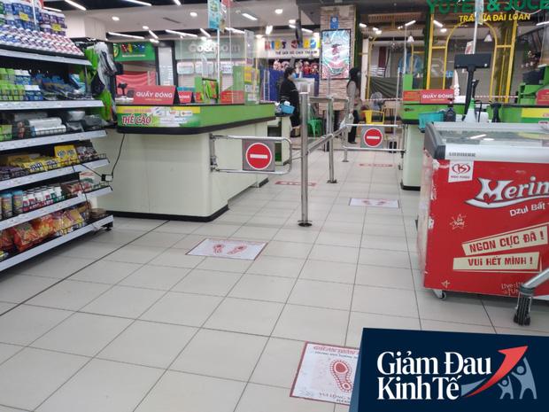 Siêu thị ở Hà Nội vắng người mua ngày đầu cách ly toàn xã hội, áp dụng dựng vách ngăn, dán miếng giữ khoảng cách tránh lây nhiễm Covid-19 - Ảnh 16.