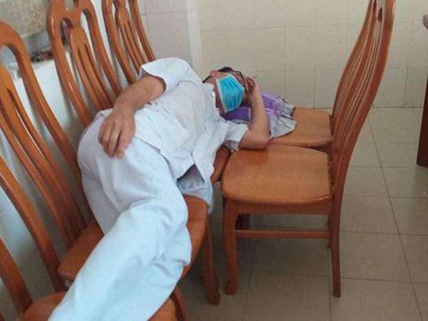 Thân phận đặc biệt của bác sĩ truyền nhiễm trong thời dịch: Đồng nghiệp né, cả tháng không được về nhà - Ảnh 1.