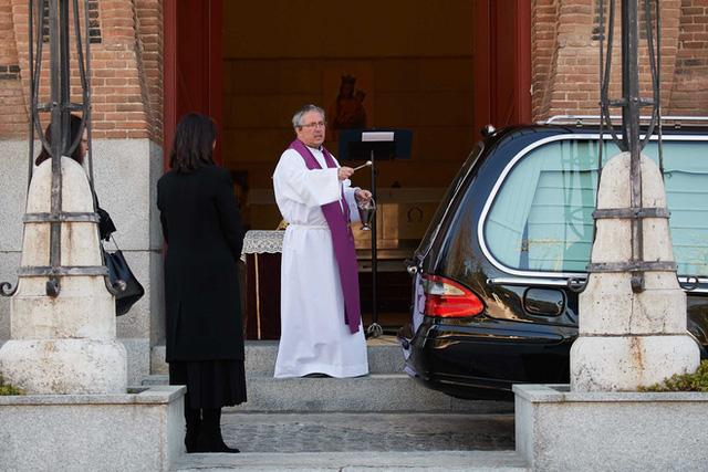 Nơi tâm dịch Covid-19 của Tây Ban Nha: Mỗi tang quyến có 5 phút để tiễn biệt người thân, nghĩa tử chưa bao giờ vội vàng và đau đớn đến thế! - Ảnh 2.