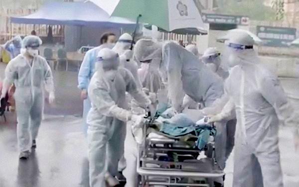 Điều kì diệu tại BV Bạch Mai những ngày cách ly toàn diện: Hàng chục y bác sĩ mặc đồ bảo hộ nỗ lực cứu sống sản phụ bị sốc mất máu, 2 lần ngừng tim - Ảnh 2.