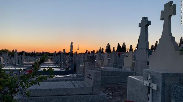 Nơi tâm dịch Covid-19 của Tây Ban Nha: Mỗi tang quyến có 5 phút để tiễn biệt người thân, nghĩa tử chưa bao giờ vội vàng và đau đớn đến thế! - Ảnh 4.