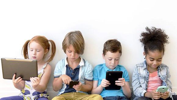 Nhìn bức ảnh khác biệt một trời một vực giữa não bộ của trẻ đọc sách và xem điện thoại, cha mẹ sẽ biết mình nên làm gì với con trong những ngày nghỉ học vì Covid-19 - Ảnh 3.