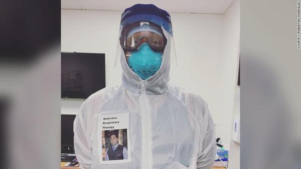 Sợ bệnh nhân Covid-19 lo lắng khi nhìn thấy mình trong bộ đồ bảo hộ, bác sĩ người Mỹ nảy ra sáng kiến đặc biệt thu hút sự chú ý - Ảnh 1.