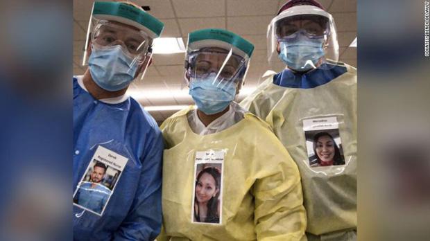 Sợ bệnh nhân Covid-19 lo lắng khi nhìn thấy mình trong bộ đồ bảo hộ, bác sĩ người Mỹ nảy ra sáng kiến đặc biệt thu hút sự chú ý - Ảnh 2.