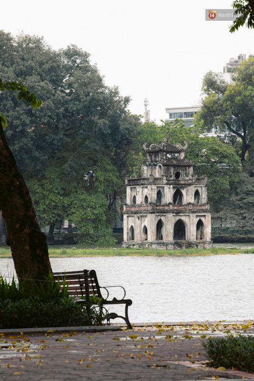 Chùm ảnh: Hà Nội đón mưa dày hạt do không khí lạnh, đường phố càng thêm vắng vẻ giữa những ngày cách ly xã hội - Ảnh 22.