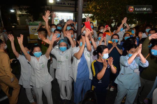 0h ngày 12/4, Bệnh viện Bạch Mai chính thức được dỡ bỏ lệnh phong toả: Hàng trăm y bác sĩ bật khóc vì được về với gia đình - Ảnh 5.