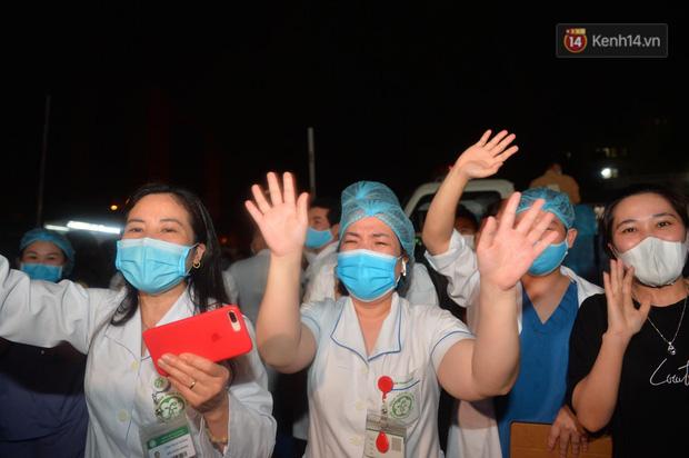 0h ngày 12/4, Bệnh viện Bạch Mai chính thức được dỡ bỏ lệnh phong toả: Hàng trăm y bác sĩ bật khóc vì được về với gia đình - Ảnh 6.