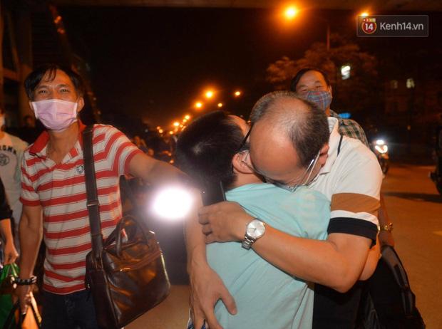 0h ngày 12/4, Bệnh viện Bạch Mai chính thức được dỡ bỏ lệnh phong toả: Hàng trăm y bác sĩ bật khóc vì được về với gia đình - Ảnh 7.