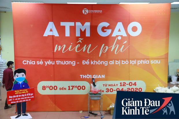 Ảnh: Cây ATM nhả gạo miễn phí thứ 2 xuất hiện ở Hà Nội, người lao động nghèo phấn khởi đội mưa rét đến nhận - Ảnh 1.