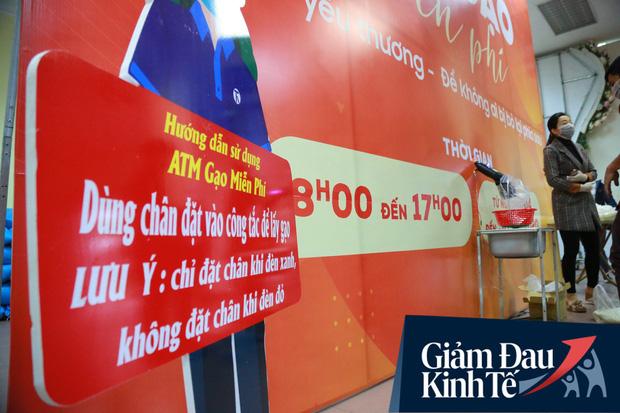 Ảnh: Cây ATM nhả gạo miễn phí thứ 2 xuất hiện ở Hà Nội, người lao động nghèo phấn khởi đội mưa rét đến nhận - Ảnh 2.