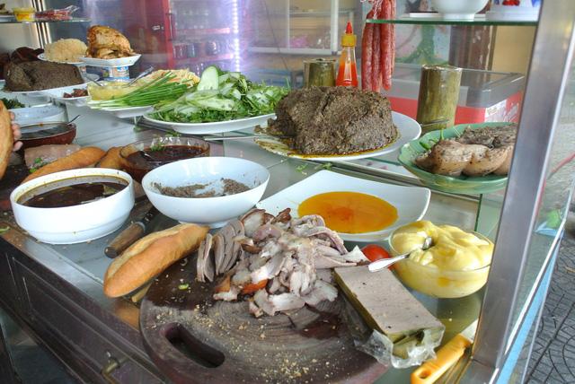 """Bánh mì Việt Nam, hành trình từ ổ bánh """"thượng lưu"""" cho đến món ăn đường phố làm kinh ngạc cả thế giới - Ảnh 13."""