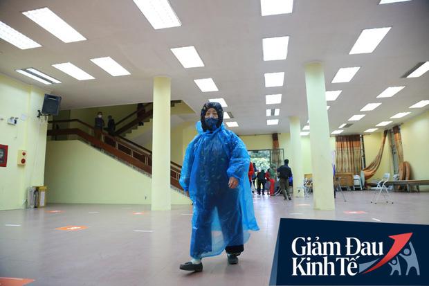 Ảnh: Cây ATM nhả gạo miễn phí thứ 2 xuất hiện ở Hà Nội, người lao động nghèo phấn khởi đội mưa rét đến nhận - Ảnh 3.