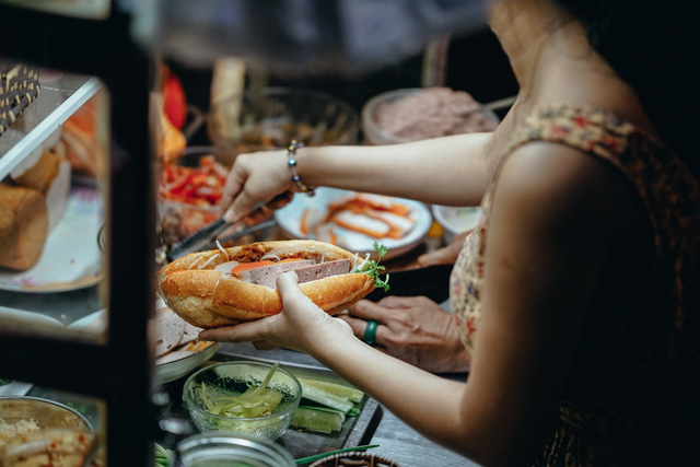 """Bánh mì Việt Nam, hành trình từ ổ bánh """"thượng lưu"""" cho đến món ăn đường phố làm kinh ngạc cả thế giới - Ảnh 3."""