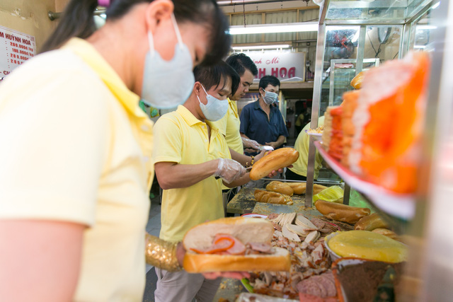 """Bánh mì Việt Nam, hành trình từ ổ bánh """"thượng lưu"""" cho đến món ăn đường phố làm kinh ngạc cả thế giới - Ảnh 25."""