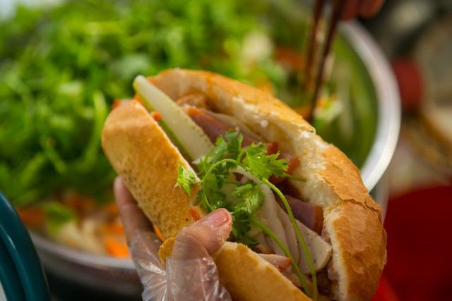 """Bánh mì Việt Nam, hành trình từ ổ bánh """"thượng lưu"""" cho đến món ăn đường phố làm kinh ngạc cả thế giới - Ảnh 29."""