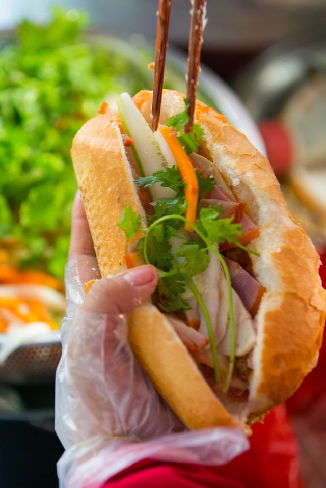 """Bánh mì Việt Nam, hành trình từ ổ bánh """"thượng lưu"""" cho đến món ăn đường phố làm kinh ngạc cả thế giới - Ảnh 30."""