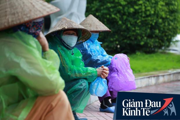 Ảnh: Cây ATM nhả gạo miễn phí thứ 2 xuất hiện ở Hà Nội, người lao động nghèo phấn khởi đội mưa rét đến nhận - Ảnh 4.