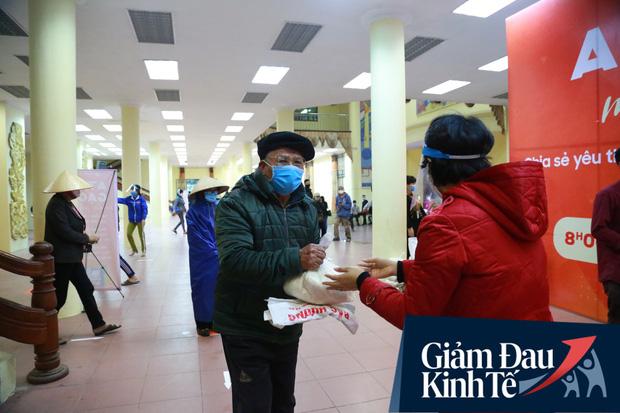 Ảnh: Cây ATM nhả gạo miễn phí thứ 2 xuất hiện ở Hà Nội, người lao động nghèo phấn khởi đội mưa rét đến nhận - Ảnh 8.