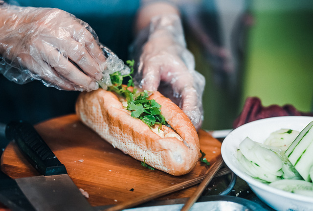 """Bánh mì Việt Nam, hành trình từ ổ bánh """"thượng lưu"""" cho đến món ăn đường phố làm kinh ngạc cả thế giới - Ảnh 9."""