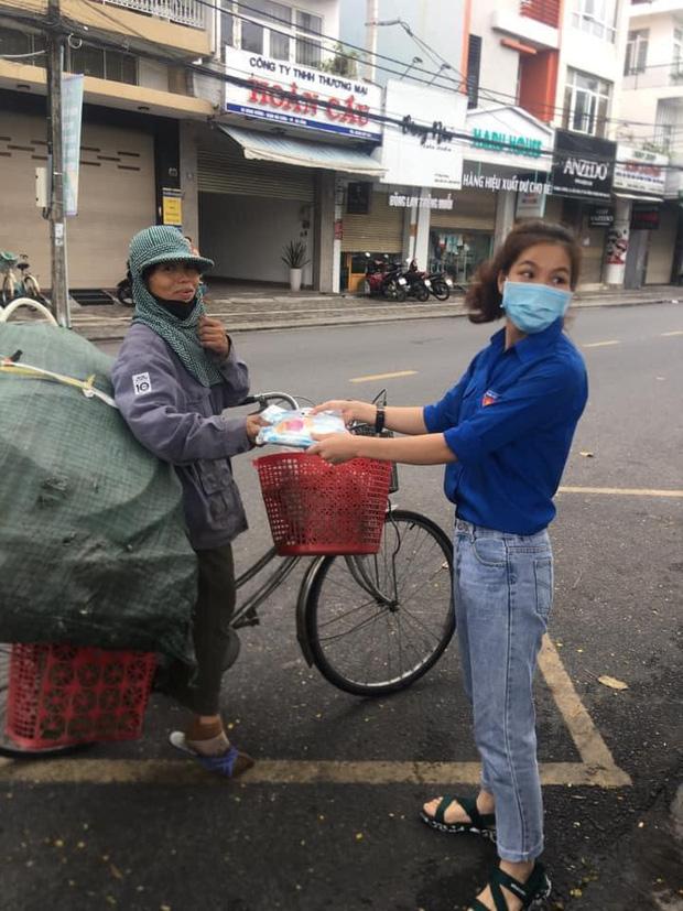 """Hình ảnh đẹp tại điểm phát cơm miễn phí ở Đà Nẵng: Cô chỉ nhận áo mưa, còn cơm cô nhường người khác cần hơn. Nhà cô nấu cơm rồi con..."""" - Ảnh 1.  Hình ảnh đẹp tại điểm phát cơm miễn phí ở Đà Nẵng: """"Cô chỉ nhận áo mưa, còn cơm cô nhường người khác cần hơn. Nhà cô nấu cơm rồi con…"""" photo 1 1586825548244908374468"""