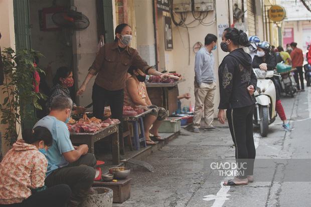 Đủ cách sáng tạo ở chợ mùa Covid-19: Người bán lập hàng rào nilon, đeo micro khi nói chuyện với khách - Ảnh 1.