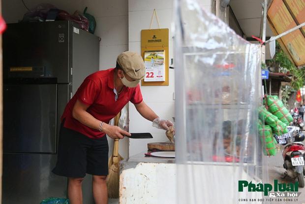 Đủ cách sáng tạo ở chợ mùa Covid-19: Người bán lập hàng rào nilon, đeo micro khi nói chuyện với khách - Ảnh 12.