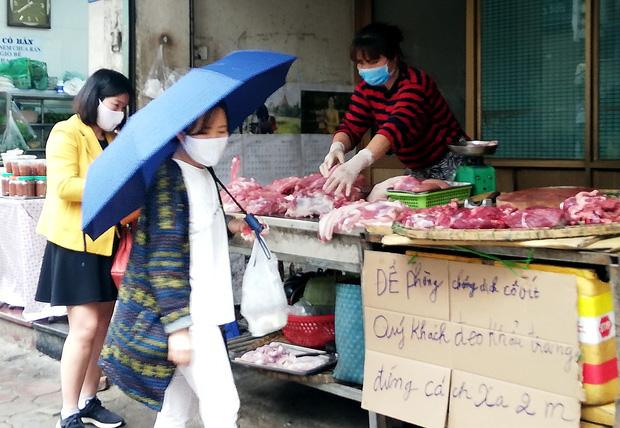 Đủ cách sáng tạo ở chợ mùa Covid-19: Người bán lập hàng rào nilon, đeo micro khi nói chuyện với khách - Ảnh 6.