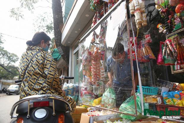 Đủ cách sáng tạo ở chợ mùa Covid-19: Người bán lập hàng rào nilon, đeo micro khi nói chuyện với khách - Ảnh 8.