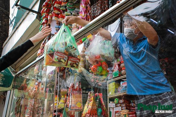 Đủ cách sáng tạo ở chợ mùa Covid-19: Người bán lập hàng rào nilon, đeo micro khi nói chuyện với khách - Ảnh 9.