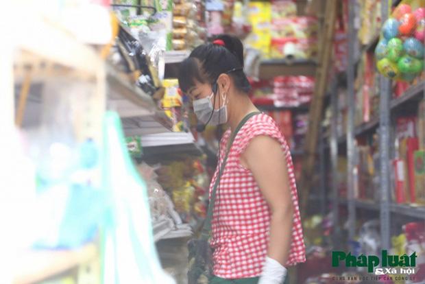 Đủ cách sáng tạo ở chợ mùa Covid-19: Người bán lập hàng rào nilon, đeo micro khi nói chuyện với khách - Ảnh 10.
