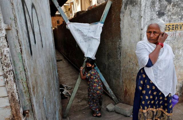 Cuộc sống ở một trong những khu ổ chuột lớn nhất châu Á trong những ngày áp đặt lệnh phong tỏa toàn Ấn Độ giữa dịch Covid-19 - Ảnh 3.