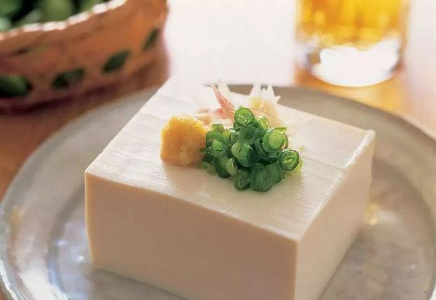 Ăn đậu phụ có rất nhiều lợi ích sức khoẻ, nhưng nếu thấy đậu có 4 đặc điểm này thì dù rẻ cũng đừng mua - Ảnh 1.