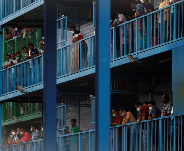 Cuộc sống bên trong ổ dịch Covid-19 lớn nhất Singapore: Hàng ngàn dân nhập cư sống chen chúc, chỉ cần 1 người nhiễm là quá đủ - Ảnh 1.