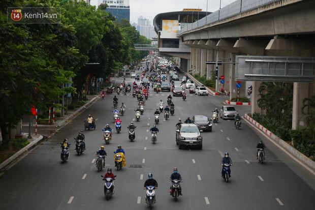 Ảnh: Ngày đầu tiên sau khi nới lỏng cách ly xã hội, đường phố Hà Nội đông đúc kéo dài, người dân chật vật đi làm dưới mưa - Ảnh 2.