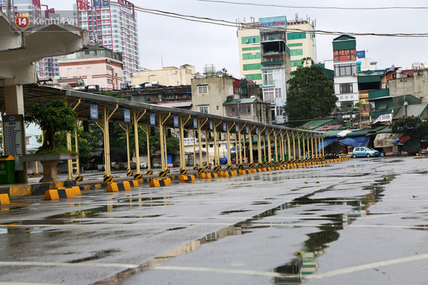 Tài xế xe ôm, taxi trong ngày đầu nới lỏng giãn cách xã hội tại Hà Nội: Hào hứng đi làm lại nhưng chờ từ sáng đến trưa chẳng có khách nào - Ảnh 1.
