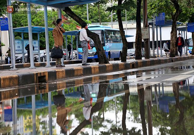 Tài xế xe ôm, taxi trong ngày đầu nới lỏng giãn cách xã hội tại Hà Nội: Hào hứng đi làm lại nhưng chờ từ sáng đến trưa chẳng có khách nào - Ảnh 2.