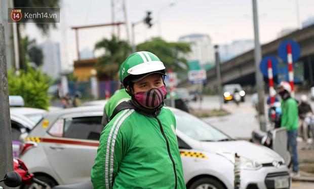 Tài xế xe ôm, taxi trong ngày đầu nới lỏng giãn cách xã hội tại Hà Nội: Hào hứng đi làm lại nhưng chờ từ sáng đến trưa chẳng có khách nào - Ảnh 11.