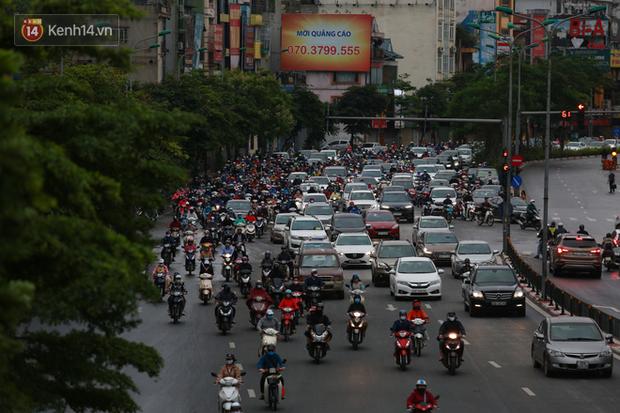Ảnh: Ngày đầu tiên sau khi nới lỏng cách ly xã hội, đường phố Hà Nội đông đúc kéo dài, người dân chật vật đi làm dưới mưa - Ảnh 12.