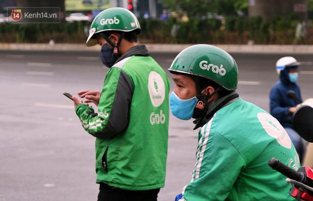 Tài xế xe ôm, taxi trong ngày đầu nới lỏng giãn cách xã hội tại Hà Nội: Hào hứng đi làm lại nhưng chờ từ sáng đến trưa chẳng có khách nào - Ảnh 12.