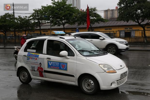 Tài xế xe ôm, taxi trong ngày đầu nới lỏng giãn cách xã hội tại Hà Nội: Hào hứng đi làm lại nhưng chờ từ sáng đến trưa chẳng có khách nào - Ảnh 13.