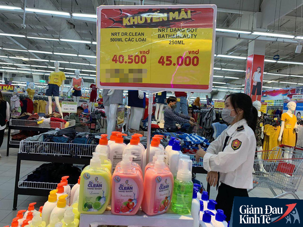 Hết thời chen lấn, khẩu trang và nước rửa tay giảm giá chất đầy kệ - Ảnh 3.