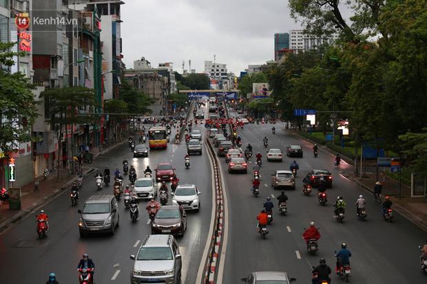 Ảnh: Ngày đầu tiên sau khi nới lỏng cách ly xã hội, đường phố Hà Nội đông đúc kéo dài, người dân chật vật đi làm dưới mưa - Ảnh 3.