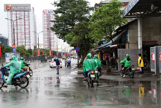 Tài xế xe ôm, taxi trong ngày đầu nới lỏng giãn cách xã hội tại Hà Nội: Hào hứng đi làm lại nhưng chờ từ sáng đến trưa chẳng có khách nào - Ảnh 3.