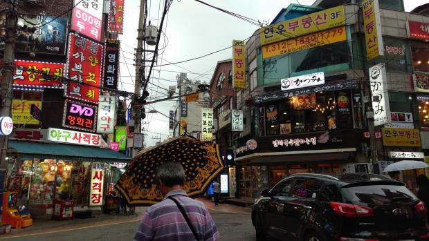 Đất nước không thiếu những khu phố ăn chơi xập xình nổi tiếng gần xa nhưng len lỏi trong đó là sự kiệt sức của con người Hàn Quốc - Ảnh 4.