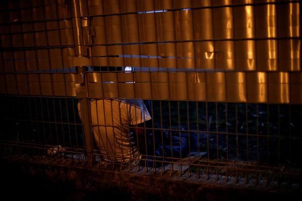 Cuộc sống bên trong ổ dịch Covid-19 lớn nhất Singapore: Hàng ngàn dân nhập cư sống chen chúc, chỉ cần 1 người nhiễm là quá đủ - Ảnh 4.
