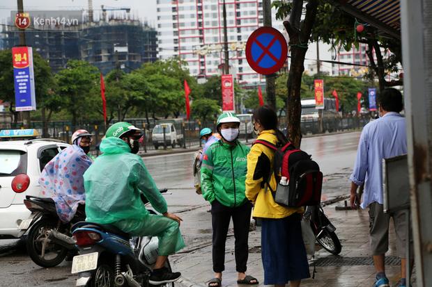 Tài xế xe ôm, taxi trong ngày đầu nới lỏng giãn cách xã hội tại Hà Nội: Hào hứng đi làm lại nhưng chờ từ sáng đến trưa chẳng có khách nào - Ảnh 4.