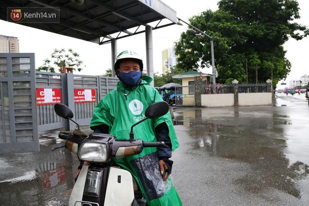 Tài xế xe ôm, taxi trong ngày đầu nới lỏng giãn cách xã hội tại Hà Nội: Hào hứng đi làm lại nhưng chờ từ sáng đến trưa chẳng có khách nào - Ảnh 5.