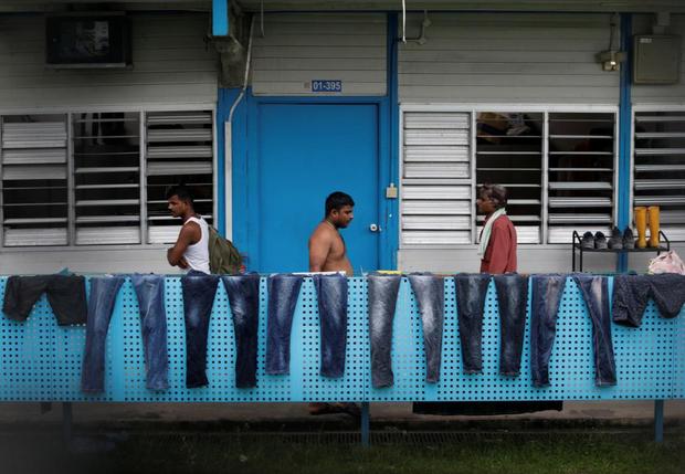 Cuộc sống bên trong ổ dịch Covid-19 lớn nhất Singapore: Hàng ngàn dân nhập cư sống chen chúc, chỉ cần 1 người nhiễm là quá đủ - Ảnh 6.