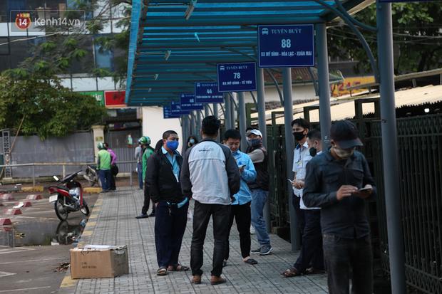 Tài xế xe ôm, taxi trong ngày đầu nới lỏng giãn cách xã hội tại Hà Nội: Hào hứng đi làm lại nhưng chờ từ sáng đến trưa chẳng có khách nào - Ảnh 7.